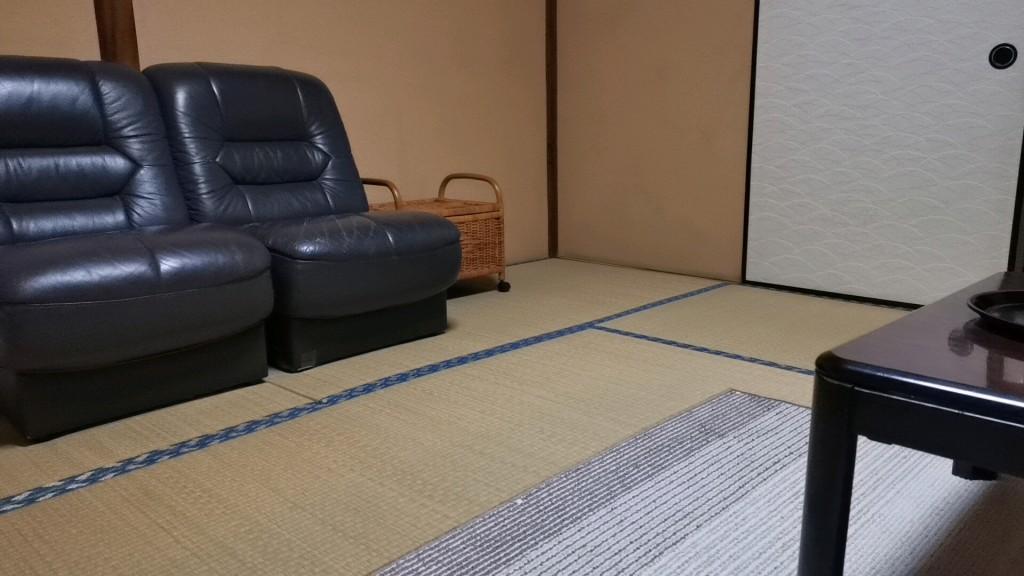 今里新地のヤリ部屋のソファ