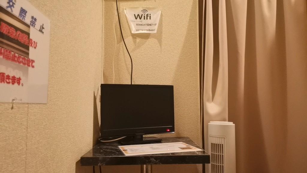 個室内に置かれてるテレビ
