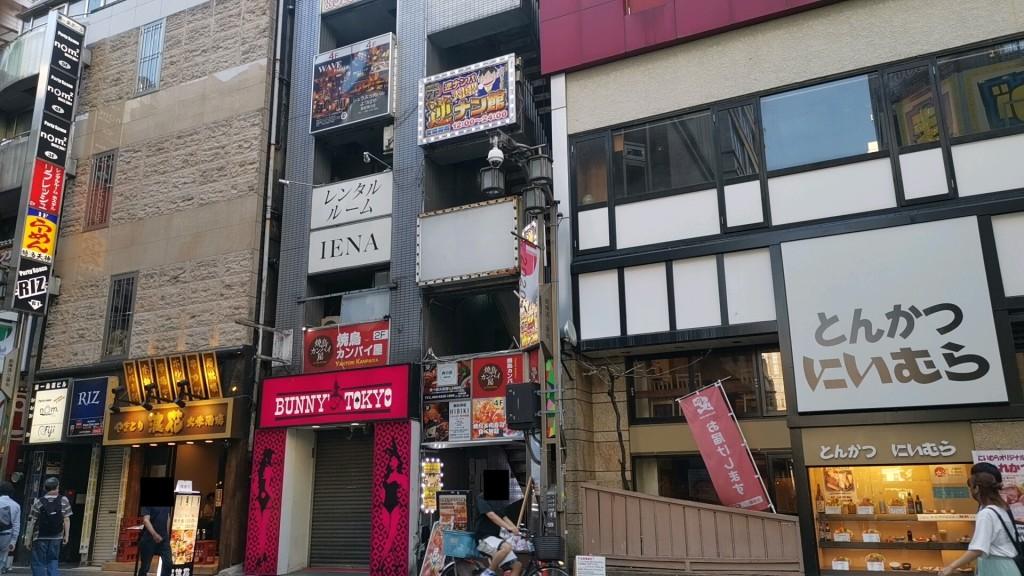 モモカフェ新宿逆ナン館の外観